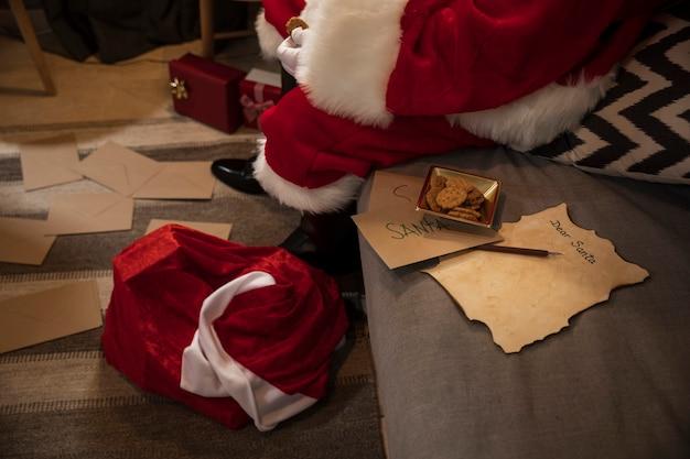 Санта-клаус сидит рядом с его списком