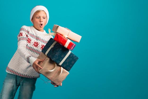 Мальчик держит подарки среднего выстрела