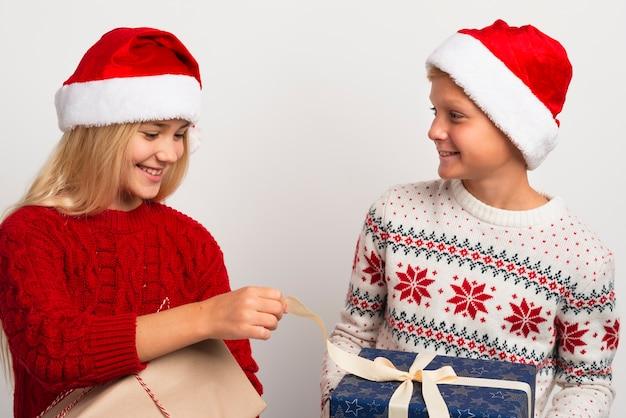 Друзья с рождественскими подарками среднего выстрела