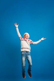 Счастливый мальчик прыгает в полный рост