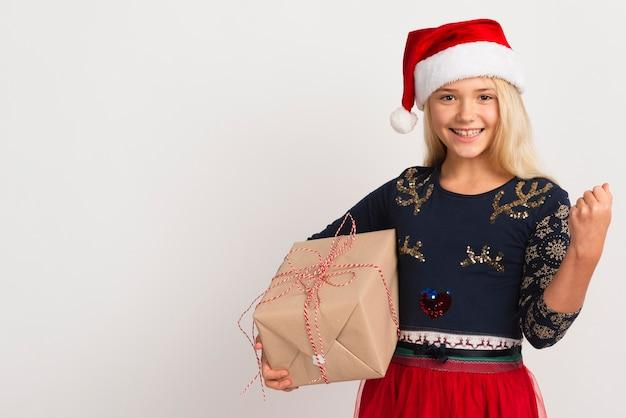 サンタの帽子と幸せな若い女の子