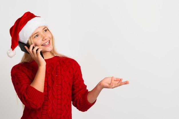 電話のコピースペースで話している女の子
