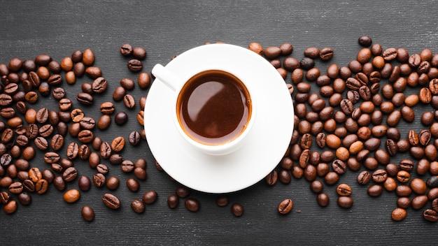 Вид сверху чашка кофе с фасолью