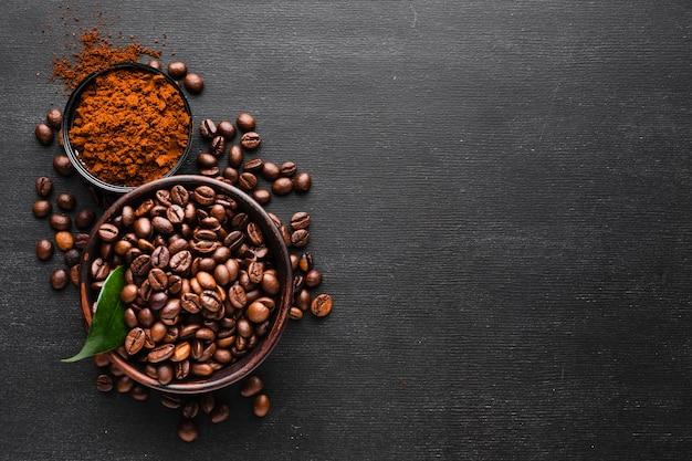 Вид сверху свежие кофейные зерна с копией пространства