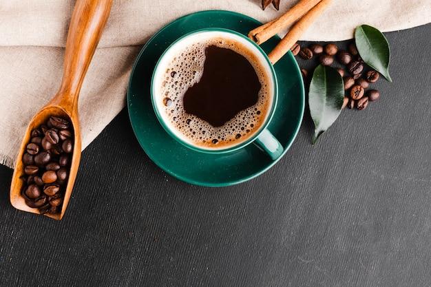 テーブルの上の新鮮なコーヒーのトップビューカップ