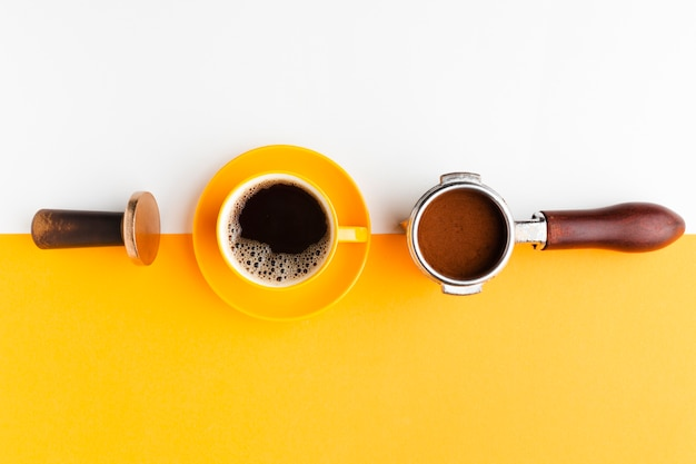 Вид сверху кофейная чашка с трамбовкой