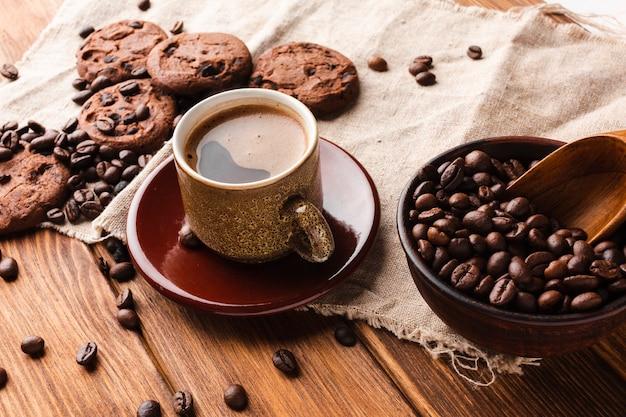 Чашка кофе крупным планом с вкусным печеньем