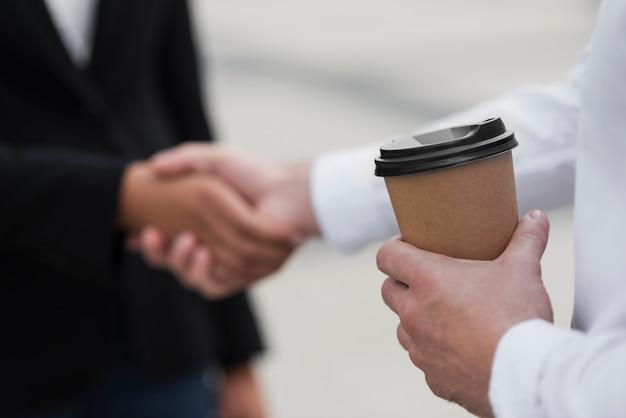 握手する同僚をクローズアップ