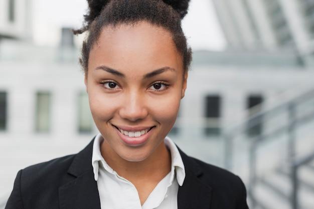 笑みを浮かべて美しいアフロアメリカンの女性