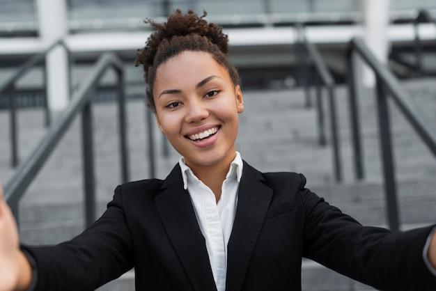 Афро американская женщина, принимая селфи