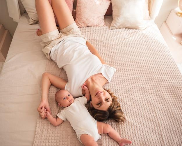 母は生まれたばかりの赤ちゃんとポーズ