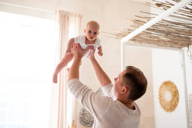赤ちゃんと遊び心のある父