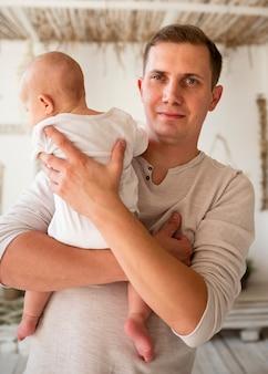 新生児を持つ父親の正面図