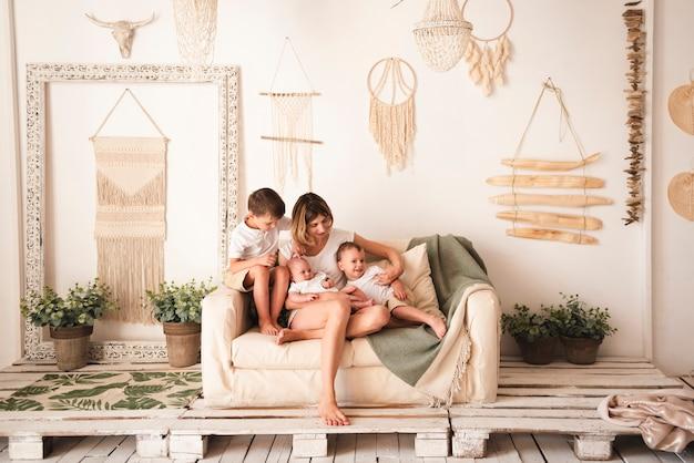 Полный снимок счастливой семьи в помещении
