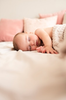 Крупным планом милый ребенок спит