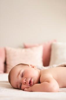 寝ている生まれたばかりの赤ちゃんのクローズアップ