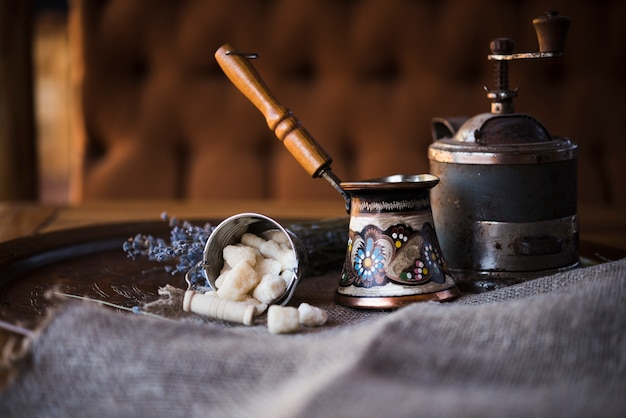 フロントビュービンテージトルココーヒーポットと砂糖