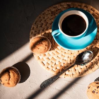マフィンとコーヒーのクローズアップカップ