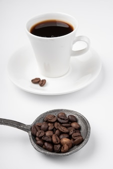 ロースト豆とコーヒーのクローズアップカップ