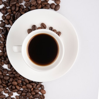 Чашка кофе с жареными бобами