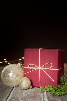 光沢のあるグローブとプレゼントの配置
