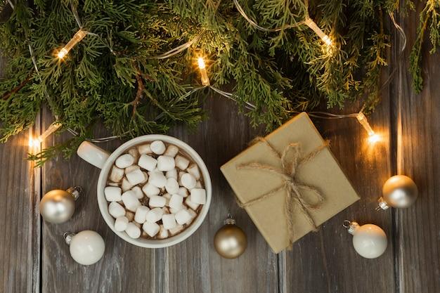プレゼントとマシュマロの飲み物とトップビューの配置