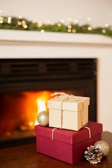 暖炉のそばのプレゼント付きアレンジ