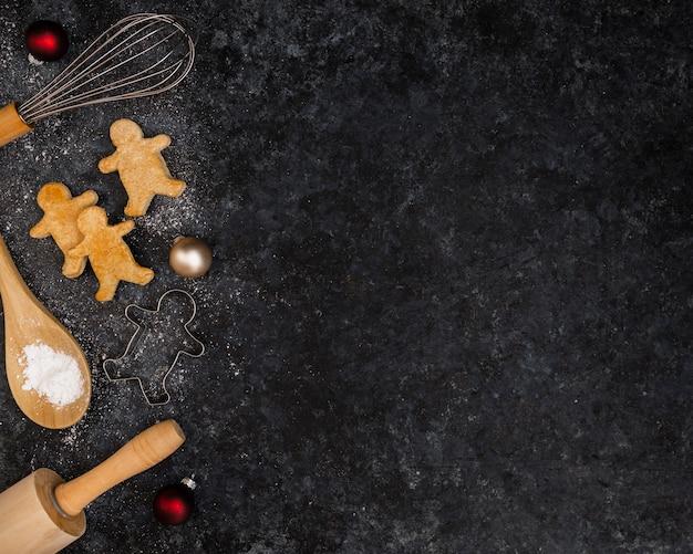 クリスマスジンジャーブレッドとコピースペースのトップビューフレーム