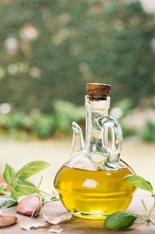 屋外の透明なオリーブオイルボトル