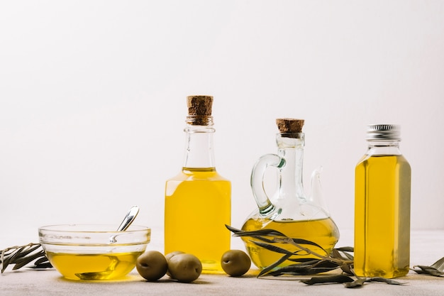 Разнообразие бутылок оливкового масла с копией пространства