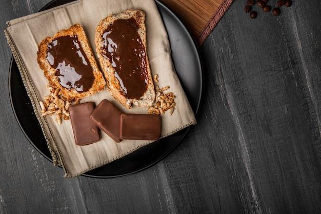 トーストに横たわるチョコレート