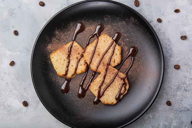 パンにチョコレートソースをクローズアップ