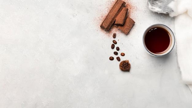 Вид сверху кофе и сладкого шоколада