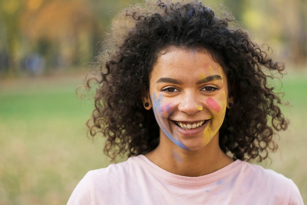 Счастливая женщина улыбается с нарисованным лицом