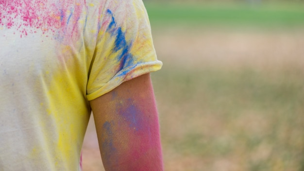 Футболка с сильным цветом на фестивале