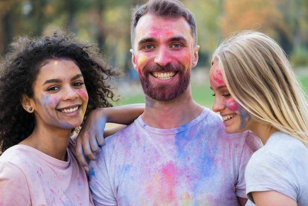 Молодые люди позируют на фестиваль холи