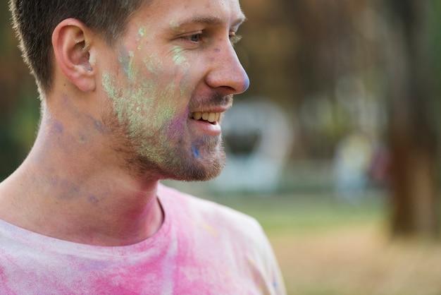 粉ペンキで覆われた頬のクローズアップ