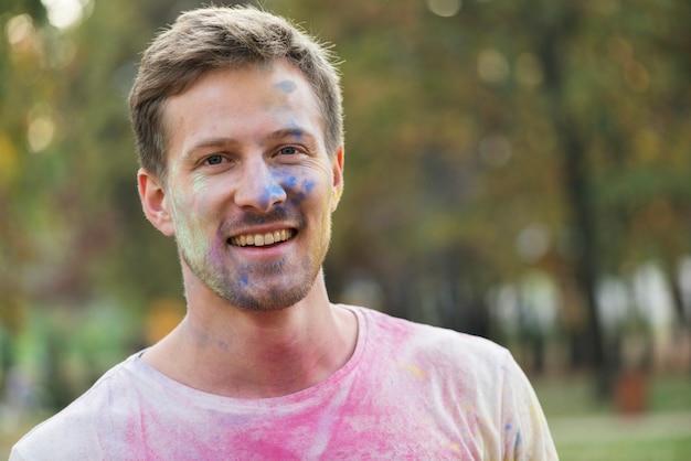 男の色の顔のミディアムショット