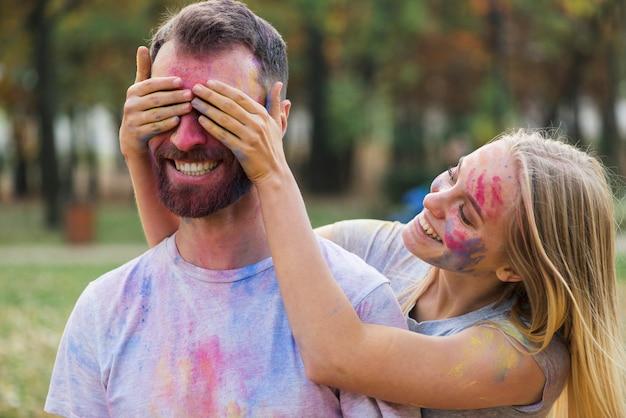 Пара глупо позирует на фестивале холи