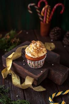 Украшенный кекс с рождественскими украшениями