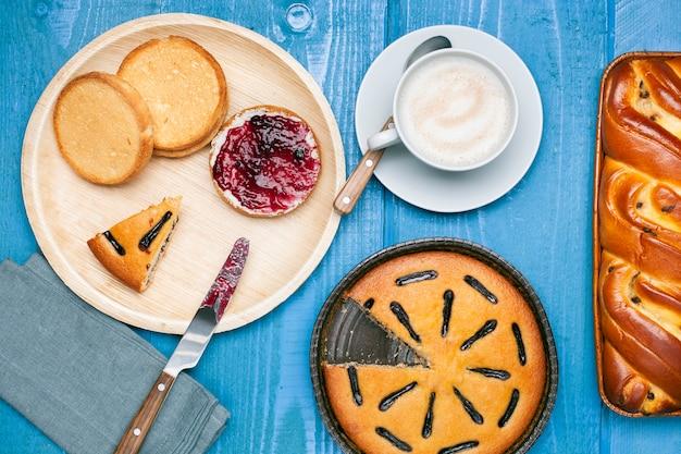 カプチーノと甘い朝食用食品
