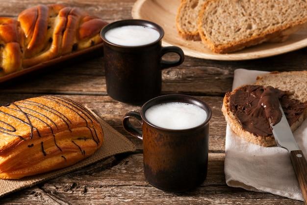 Слоеное тесто с шоколадной пастой и молоком