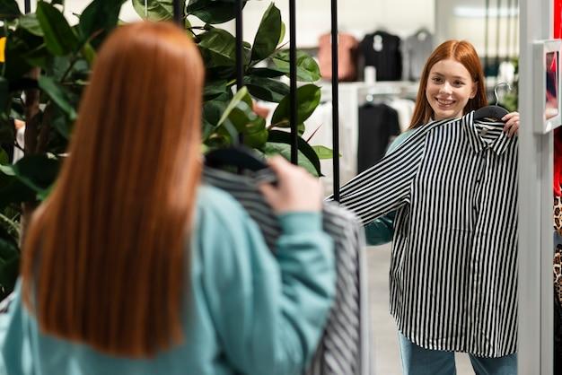 Женщина пробует стильную рубашку