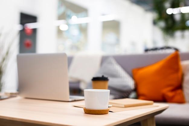 コーヒーのカップとローアングルオフィスデスク