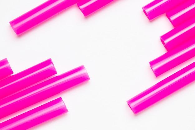 Вид сверху биоразлагаемые фиолетовые соломинки