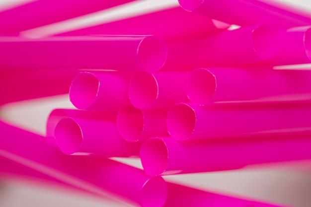 Высокий угол распространения фиолетовых соломинок на столе