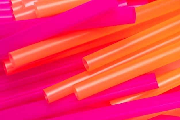 Смешанный яркий цвет соломенной палочки на столе