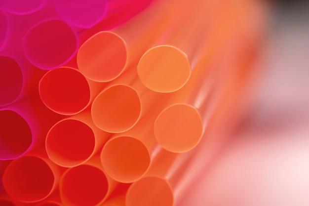 Высокий угол питьевой пластиковой соломинки на столе