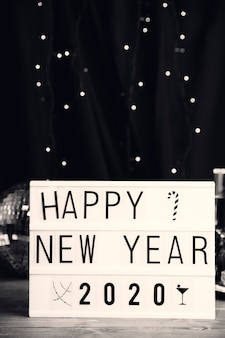 テーブルに新年あけましておめでとうございますメッセージで署名します。