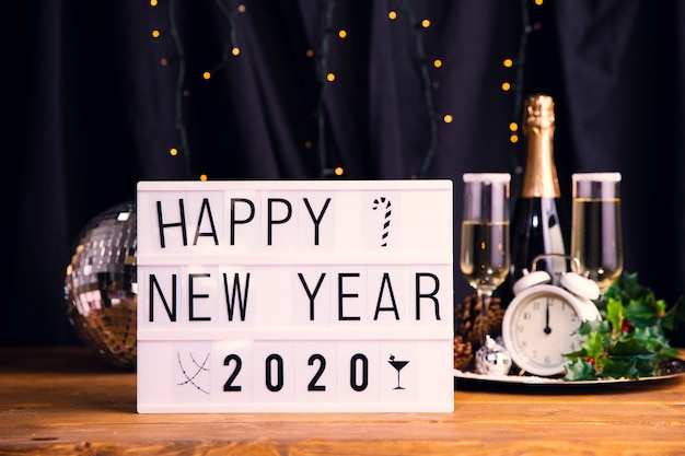 Вид спереди новогодняя ночь с приветственным знаком